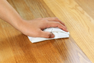 Oberfläche von Holz regelmäßig einölen